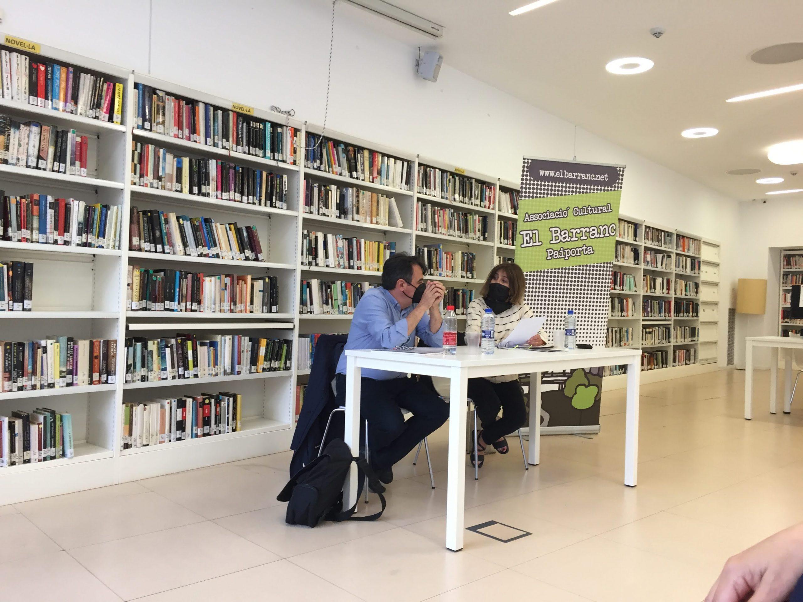 L'escriptor Martí Domínguez presenta a l'associació El Barranc, la seua última novel·la L'esperit del temps.